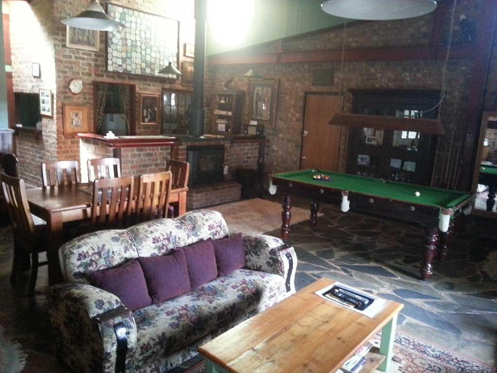 Thomson-suite-lounge-room,-bar-pool-table